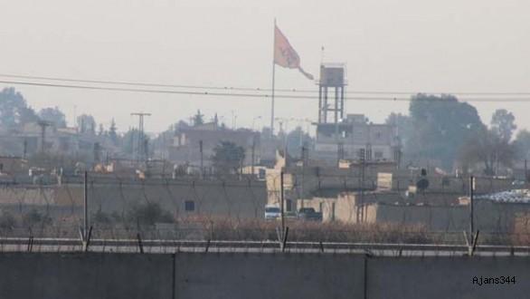 Türkiye sınırına teröristlerin bez parçaları asıldı